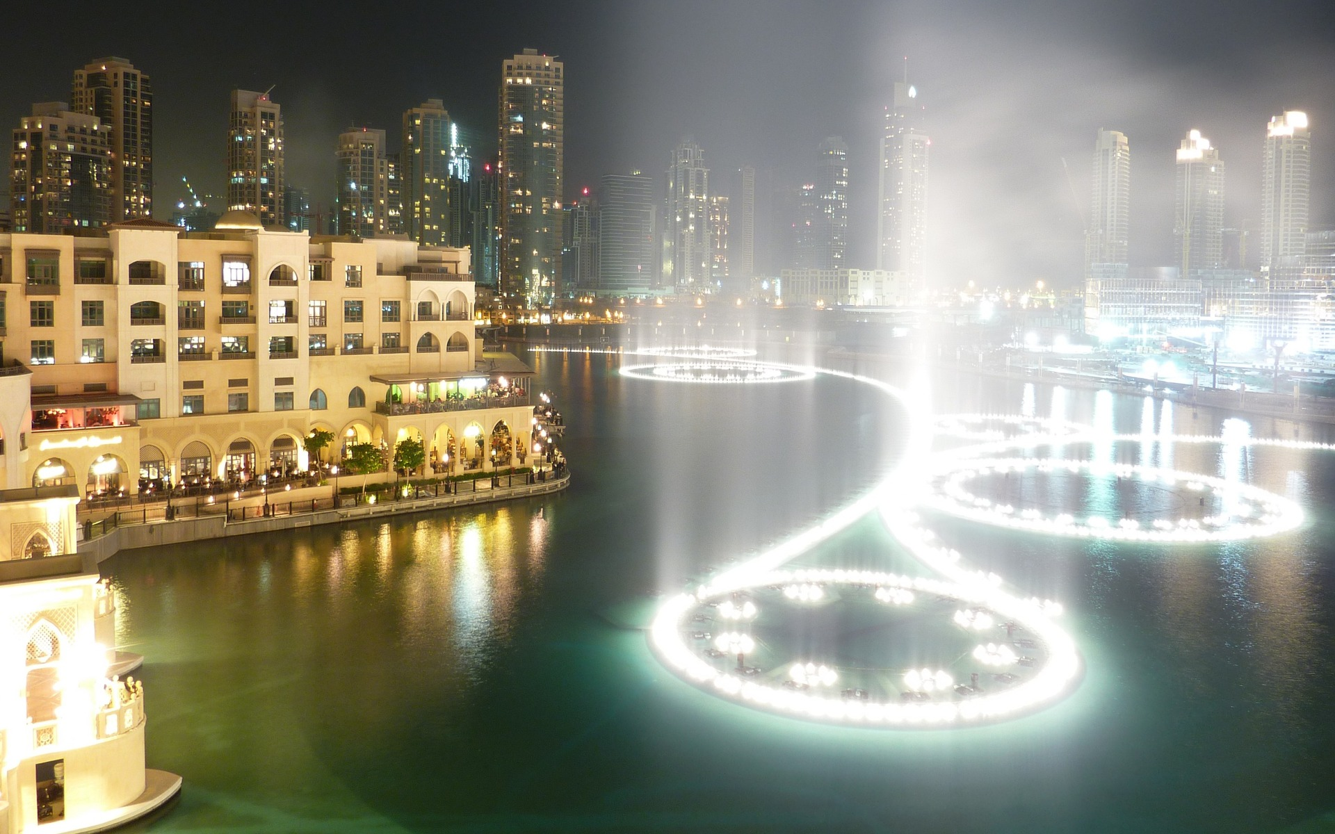 water-spraying-of-dubai-fountain